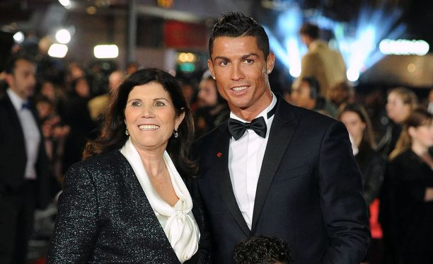 Cristiano Ronaldon äiti ja lastensa isoäiti Maria Dolores dos Santos Aveiro nähdään usein poikansa rinnalla.