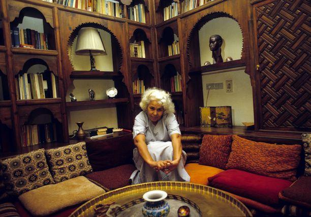 Nawal El Saadawi kuvattuna kotonaan Kairossa vuonna 1989. Naista on nimitetty Egyptin johtavaksi feministiksi.