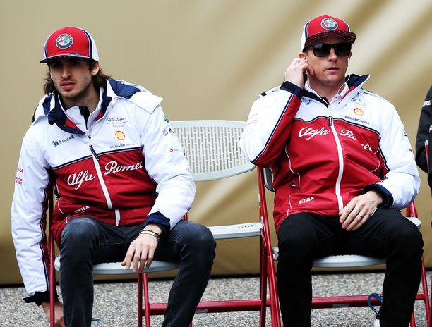 Antonio Giovinazzi (vasemmalla) arvostaa Kimi Räikkösen kokemusta.