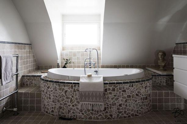 Kylpyamme on verhoiltu luonnonkivillä.