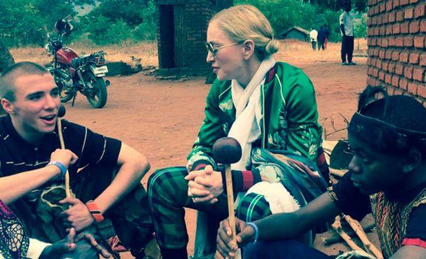 Madonna on sopinut ex-miehensä Guy Ritchien kanssa heidän Rocco-poikaansa koskevan huoltajuuskiistan. Madonna ja Rocco vierailivat tänä kesänä Malawissa.