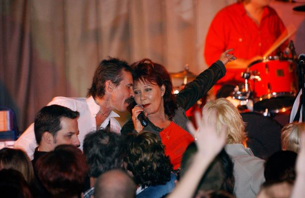 Kuvassa Virve Rosti Menneisyyden vangit -kokoonpanon kanssa vuonna 2003.