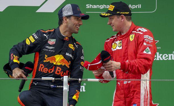 Daniel Ricciardo ja Kimi Räikkönen rupattelivat sunnuntaina ilmeisen hyvässä hengessä Kiinan GP:n palkintokorokkeella.