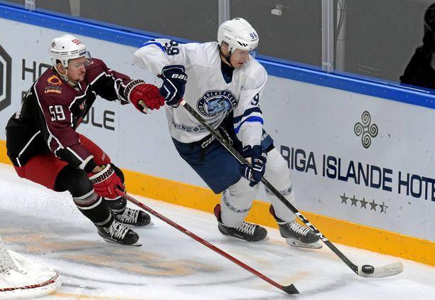 Dinamo Minskin Vjatsheslav Gretsky yrittää karkuun Avtomobilist Jekaterinburgin Ivan Vishnevskyltä.