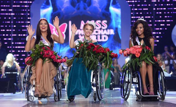 Miss Wheelchair World 2017-kisan voittaja Aleksandra Chichikova keskellä. Hänestä oikealla Etelä-Afrikan Lebohang Monyatsi, joka tuli kisassa toiseksi. Puolaa edusti vasemmalla kuvassa oleva Adrianna Zawadzinska. Isäntämaa Puolan edustaja sijoittui kilpailussa kolmanneksi.