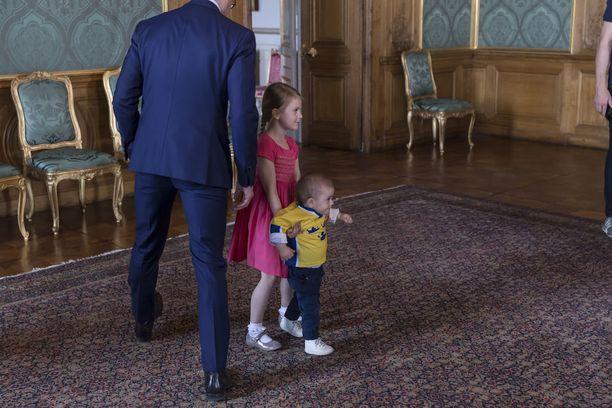 Prinssi Oscar ja prinsessa Estelle valmistautuivat jääkiekkosankareiden saapumiseen juoksentelemalla pitkin kuninkaanlinnan salia.