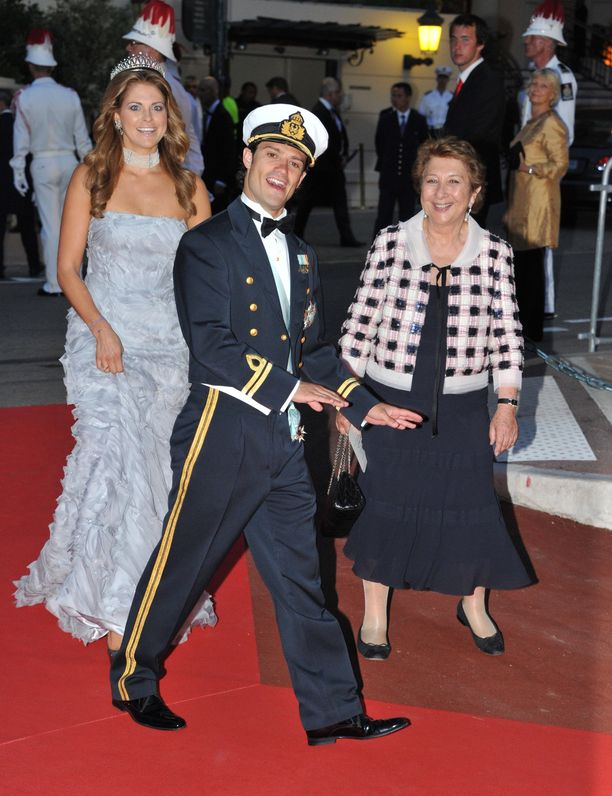 Prinssi innostui hassuttelemaan Monacossa kesällä 2011. Taustalla prinsessa Madeleine.