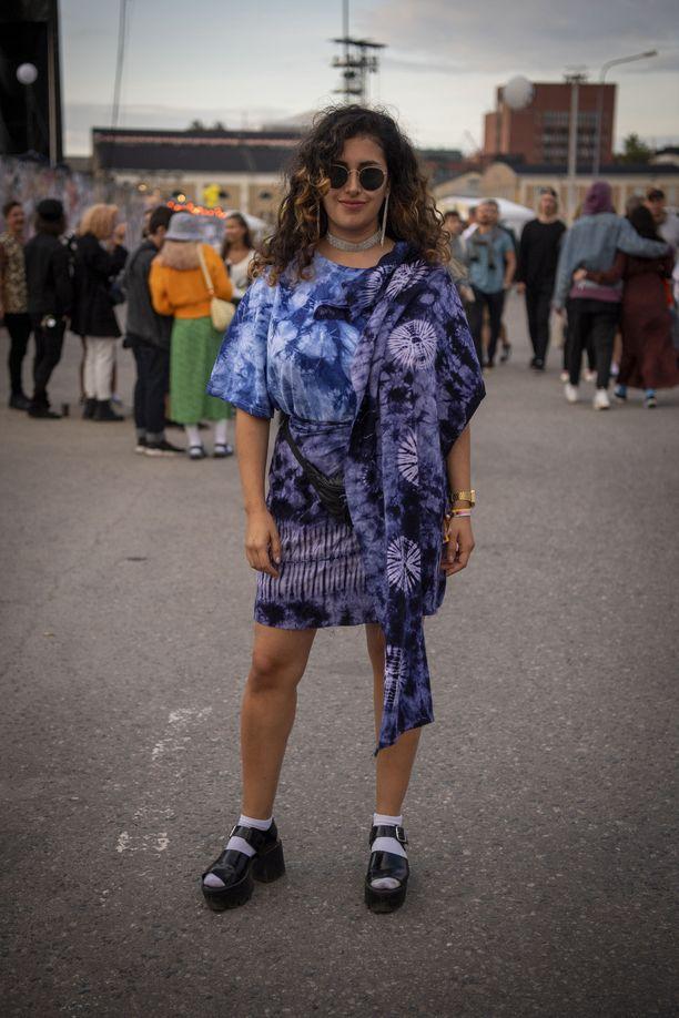 Ysätiltä tuttu tie dye -solmuvärjäys on nyt in! Rakastamme myös paksupohjaisia kenkiä ja kimaltavia koruja.