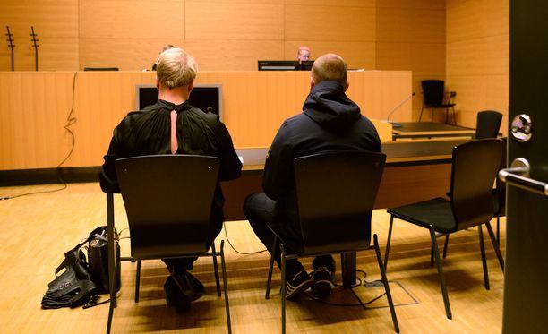 Käräjäoikeus päätti istunnon aluksi suostua puolustuksen pyyntöön käsitellä vangitsemisasia ilman median läsnäoloa.