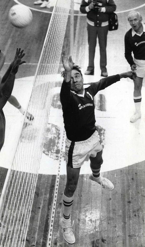 Mauno Koiviston pelinumero oli lentopallossa yksi. Pelikaverit kunnioittivat seikkaperäisesti lentopalloon perehtyneen Koiviston mielipiteitä. Kuva vuodelta 1982.