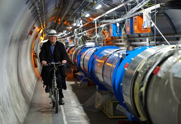 Oppilaat kävivät luokkaretkellä tutustumassa muun muassa CERN:in hiukkaskiihdyttimeen Genevessä.