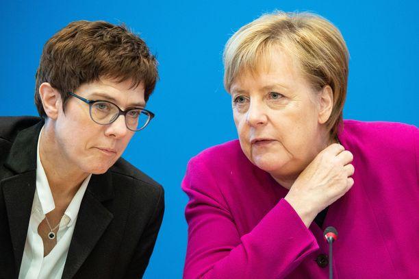 Annegret Kramp-Karrenbauer kutsutaan Saksassa Mini-Merkeliksi. Hänet koetaan Merkelin suosikiksi.