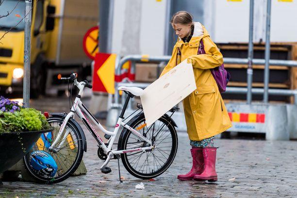 Greta Thunbergin keltainen sadetakki on ikuistettu postimerkkiin.