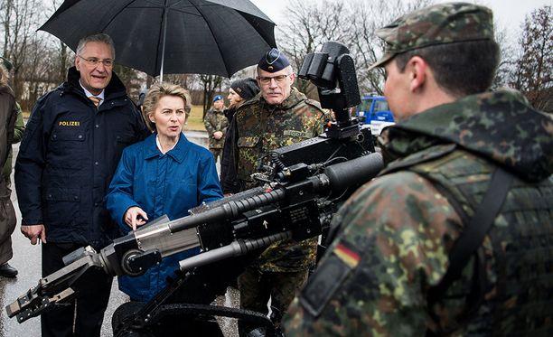 Saksan puolustuministeri Ursula von der Leyen on huolissaan äärioikeiston soluttautumisesta maan armeijaan.