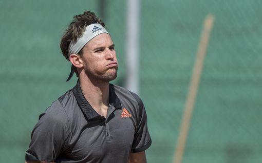 """""""Kukaan heistä ei kuole nälkään"""" – tennistähti laukoi suorat sanat Roger Federerin ja muiden suurnimien korona-apupaketista"""