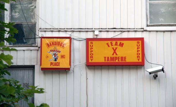 Moottoripyöräjengi Bandidos majailee Tampereella Kangasalantiellä Kaukajärven rannassa.