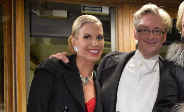 Emilia Poikkeus ja Mikael Junger juhlivat Linnan jatkoilla ravintola Teatterissa.