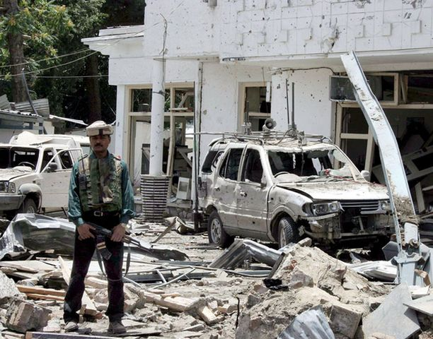 Räjähdys jätti ihmisuhrien lisäksi jälkeensä valtavat määrät soraa ja romua.