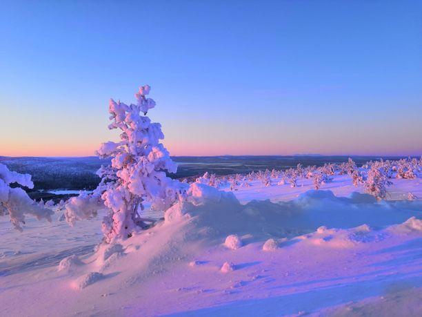 Levin huipulla sai ihailla sunnuntaina upeita maisemia. Pakkasta huipulla oli vain - 14 astetta.