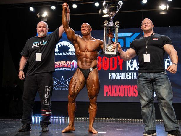 Markku Suonsivu pokkasi niin sanotun overall-voiton. Pystiä oli ojentamassa lajin Suomen-suurnimi, IFBB-liiton ammattilaiskehonrakentaja Kille Kujala (oikealla).