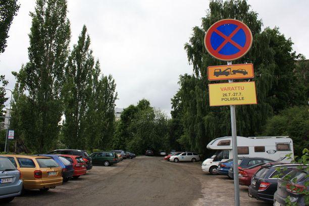 Pysäköintikielloista kertovia kylttejä näkyy jo Savonlinnan keskustassa.
