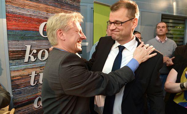 Nykyinen asunto-, energia- ja ympäristöministeri Kimmo Tiilikainen (kesk) ja nykyinen pääministeri Juha Sipilä (kesk) juhlivat keskustan vaalimenestystä silloisissa kunnallisvaaleissa vuonna 2012.