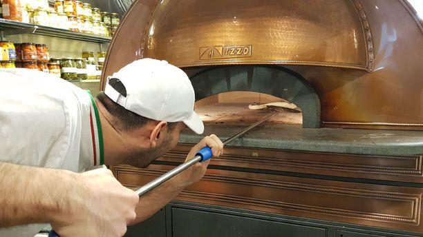Pizza on uunissa vain 60 sekuntia, joten kokin pitää koko ajan seurata paistumista.