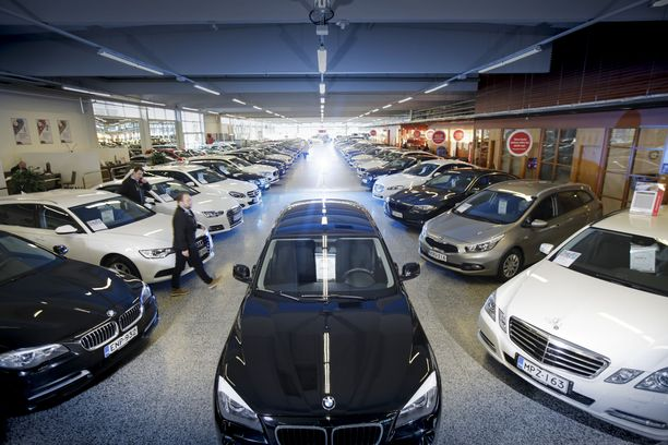 Nousussa. Vaihtoautojen hinnat kääntyivät kesän myötä reiluun kasvuun.