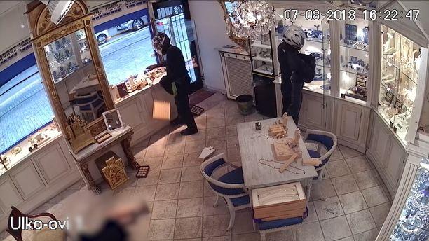 Naismyyjä virui lattialla ryöstäjien rohmutessa koruja reppuihinsa.