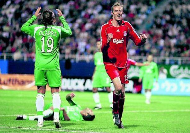 GOAL! Liverpoolin Peter Crouch juhlii maaliaan, joka vei englantilais-joukkueen Mestareiden liigaan.