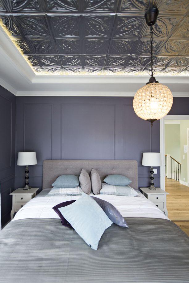 Seinäjoen asuntomessuilla kesällä 2016 esiteltiin koti, jonka makuuhuoneessa on Amerikasta tilattu tinapaneeli katossa.