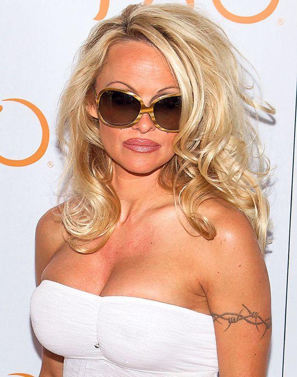Nokia otti povipommi Pamela Andersoninkin avuksi uuden älypuhelimen markkinoinnissa.