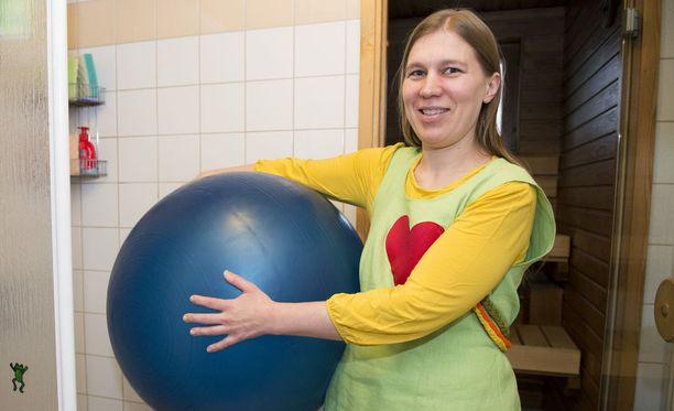 Suvi Lähteenkorva otti jumppapallon käyttöön myös omassa synnytyksessään.