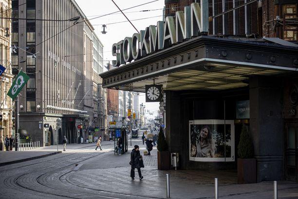 Helsingin Aleksilla oli hiljaista 6.4. Samana päivänä Stockmann hakeutui yrityssaneeraukseen. Koronakeväänä suomalaiset innostuivat ostamaan tavaraa verkkokaupasta. Rauta- ja puutarhakauppa vetivät erityisen hyvin.