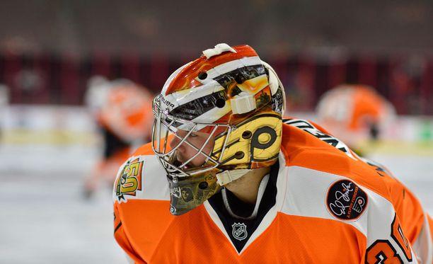 Philadelphia Flyersin Michal Neuvirth pyörtyi maalillaan kesken pelikatkon.