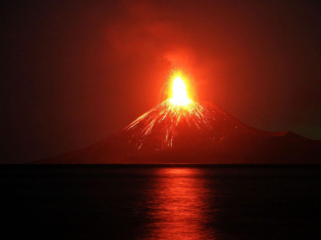 """Krakatau purkautui hillitysti Indonesiassa 2018. Yksi maailman """"supertulivuorista"""" pitää nimissään historian kovimman äänen ennätystä vuodelta 1883. Silloin voimakkaan purkauksen ääni kuului lähes viidentuhannen kilometrin päähän. Purkaus lennätti myös kivenjärkäleitä jopa 400 kilometrin matkan."""