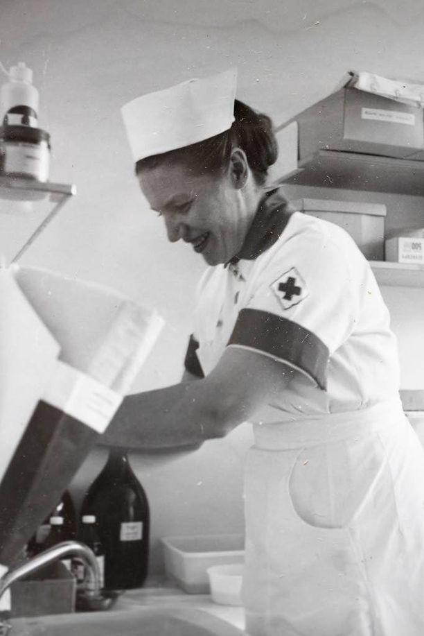 Irja Matikainen opiskeli sairaanhoitajaksi 1950-luvulla Uppsalassa. Hän teki uransa teho-osaston osastonhoitajana Hesperian sairaalassa.