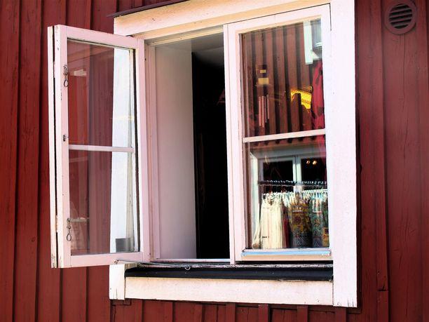 Ikkunassa vilkuttava Davidson on tuonut iloa koulusta palaaville lapsille.