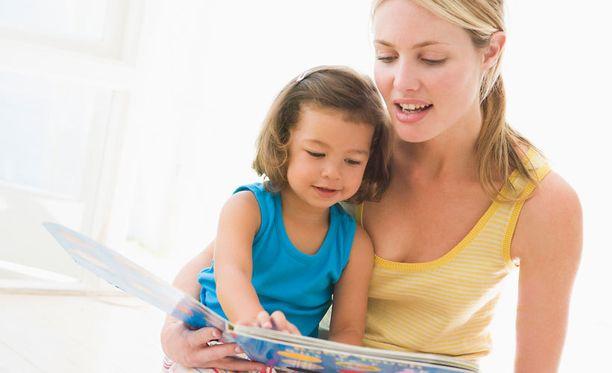 Helsingin Sanomien mukaan parivuotiaiden saksalaislasten äidit ovat huolissaan siitä, kuinka hitaasti heidän lapsensa oppii englantia.