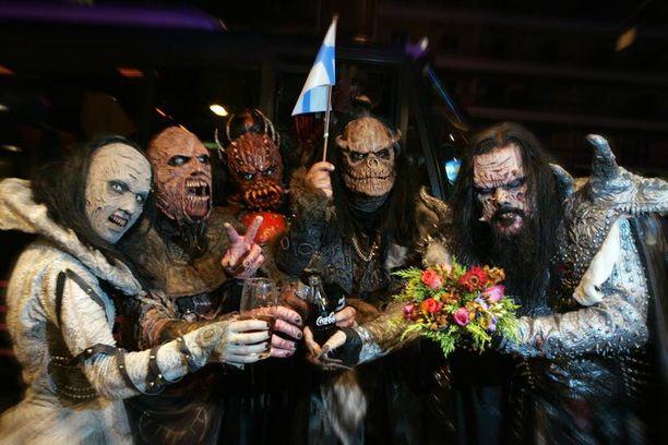 Lordin ryhmä joi kokista Ateenassa Euroviisujen semifinalien jälkeen vuonna 2006.