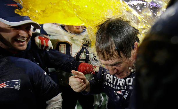 New England Patriotsin päävalmentaja Bill Belichick kasteltiin urheilujuomalla voiton kunniaksi.
