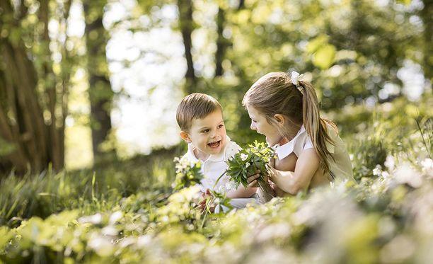 Prinssi Oscaria naurattaa isosiskon opastuksessa.