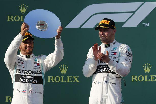 Lewis Hamilton sai kakkossijastaan palkinnoksi hopeisen lautasen. Kilpailun voittaja Valtteri Bottas antoi aplodit tallikaverilleen.
