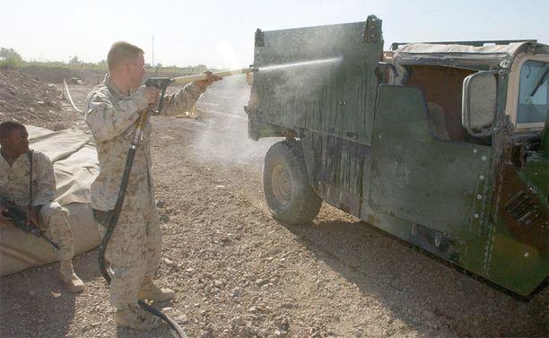 Yhdysvaltalaissotilas esitteli kesällä 2004, miten ajoneuvo puhdistetaan kemiallisen iskun jälkeen. USA:n sotilaat pidettiin koko Irakin sodan ajan pimennossa siitä, että ympäri maata löytyi runsaasti vaarallisia kemikaaleja vuosikymmenien takaa.