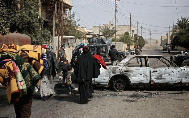 Isis on lähes lyöty Iraksissa. Kuvassa siviilit pakenevat taisteluja maaliskuun alussa Mosulissa.