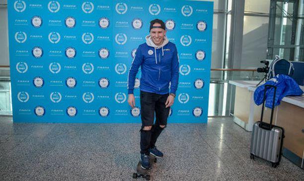Mika Poutala liikkuu olympiakylässä laudalla.