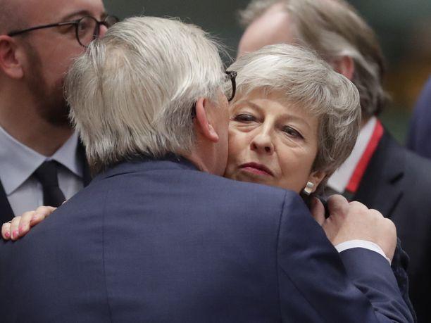 Euroopan komission puheenjohtaja Jean-Claude Juncker tervehti Britannian pääministeri Theresa Mayta torstaina Brysselissä.