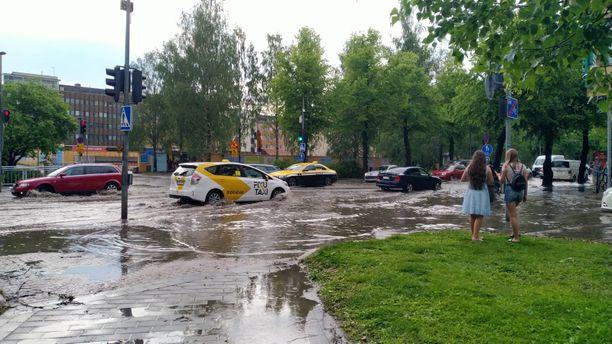 Vesi tulvi Uudellakadulla Oulun keskustassa myrskyn jälkeen.