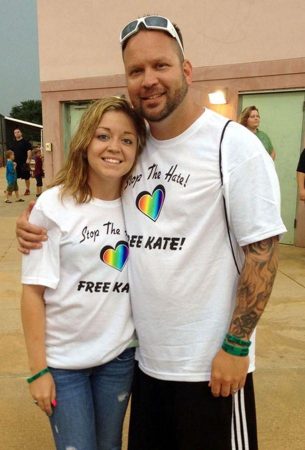 Huntin perheen julki laskemassa kuvassa Kaitlyn Hunt poseeraa isänsä Steven kanssa syytteiden kumoamista vaativan Free Kate -kampanjan paidoissa.