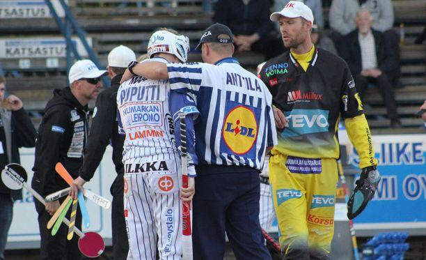 Myös tuomareilta vaaditaan paljon. Syötönvalvoja Jussi-Pekka Anttila rauhoitteli puolivälierässä Vedon Henri Puputtia.